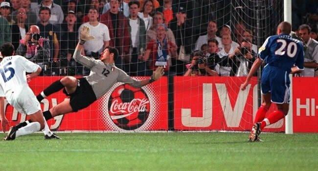 Trezeguet îl învinge pe Toldo şi Franţa câştigă Euro 2000