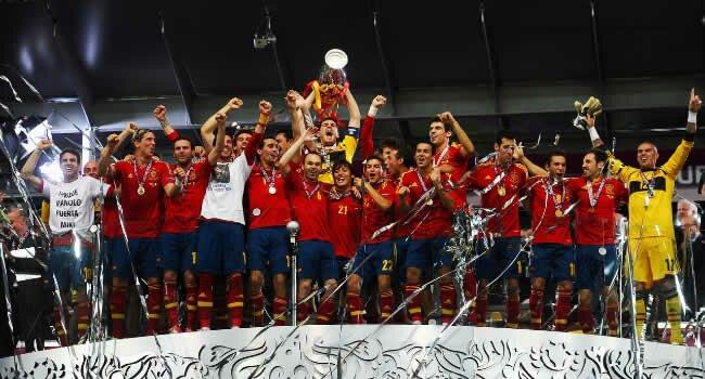 Spania celebrând câştigarea Euro 2012, al doilea ei titlu european consecutiv