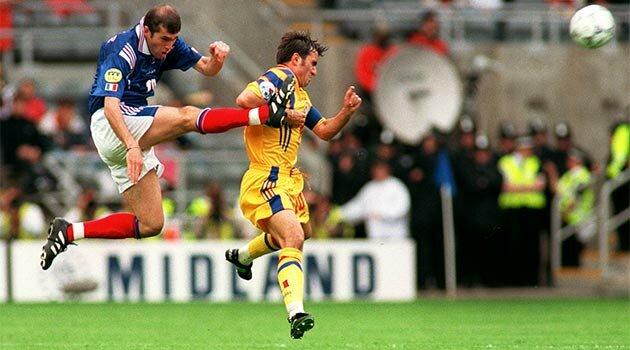 Zidane şi Hagi în meciul Franţa - România de la EURO 96